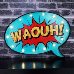 Avis aux fans de BD ! Grâce à cette déco lumineuse en forme de bulle comics votre décoration sera complètement délurée !Son design unique et son style tout particulier apporteront une touche originale à votre pièce. Cette décoration bulle BD munie de LED conviendra aussi parfaitement à toute chambre sur le thème des super-héros.  Dimensions : 41 x 5 x 27 cm