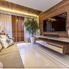 Sala com painel de TV em madeira