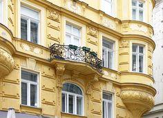 Gdy będziecie w Wiedniu koniecznie zadzierajcie głowę.  Różne epoki architektoniczne. Proste i zawinięte linie. Tutejsza fasada znajduje się niedaleko Schwedenplatz. Kto wie gdzie dokładnie?  #österreich #austria #Vienna #Wien #wiedeń #igersaustria #igersvienna #igerswien #visitvienna #visitaustria #nofilter #viennablogger #ilovewien #architecture #viennaarchitechture #fasade Austria, Vienna, Mansions, House Styles, Home Decor, Simple Lines, Decoration Home, Manor Houses, Room Decor