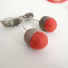 Décoration poétique rouge, glands tissu et bois, ornement minimaliste