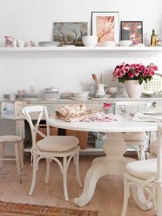 ronde ((eet)kamer)tafel - uit nostalgie, vroeger aten we 's zondags, alleen in de winter, in de woonkamer aan de ronde eettafel - lekker dicht bij de houtkachel