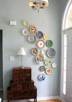 Negli anni '70 molti usavano decorare con i piatti di ceramica o di porcellana le pareti della sala da pranzo o della cucina e ora sta tornando di moda....