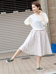 こちらのスカートは、ピンクとグレーのストライプ。「ペールトーンは膨張して見えそう・・・」という方にも縦のラインでスッキリ見えるのでおすすめです♪