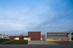 Estación de bomberos de Santo Tirso, Portugal, inaugurada el 13 de enero de 2013. El proyecto es la primera estación de bomberos diseñada por el ganador del Premio Pritzker Álvaro Siza Veira. Fotografía © Joao Morgado.