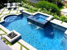 piscine classique avec escalier romain et jacuzzi extérieur carré