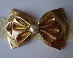 Headband elasticoem renda com laço Dourado duplo e botão em perola OBS Favor informe o tamanho da cabecinha do bebê R$ 20,00