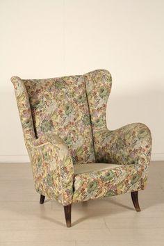 Poltrona; imbottitura a molle, rivestimento in tessuto. Discrete condizioni, presenta alcuni segni di usura, cuscini di seduta mancante.