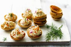 Maukkaat Kylmäsavulohinapit ovat helppo valmistaa. Ne ovat mainio pikkutarjottava illanistujaisiin, kokkareille tai ruokahalun herättäjäksi aterialle. http://www.valio.fi/reseptit/kylmasavulohinapit/