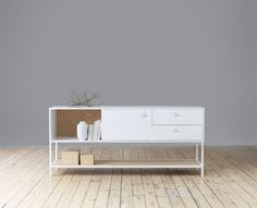Viti, storage including a cabinet and a sideboard. It's a contemporary storage series that is particularly interesting due to its unique expression at the handle. Create your own unique storage by choosing the colour of the frame, back and handles. Choose between white or khaki. You have the opportunity to keep the storage monochrome, all …