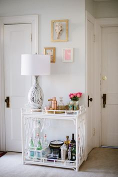 & is a beautiful bar design that is inexpensive, simple to create and will improve the home decor and brighten up a small space in your home. What would you add to improve your own bar? Bar Cart Styling, Bar Cart Decor, Mini Bars, Style At Home, Gold Bar Cart, Table Bar, White Bar, Bar Furniture, Bars For Home