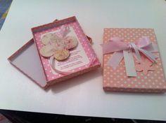 Πρόσκληση πουα ροζ με λευκό με πεταλούδα σε κουτί