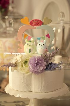 TOTORO トトロ with wooden arch MochiEgg wedding cake topper #weddingideas #cakedecor #planning #weddingseason #ceremony #cakedesign #pastel #initials #customcaketopper #unique #gardenwedding #handmadecaketopper #cute #gift #weddingseason #claydoll #kikuikestudio #結婚式 #couple