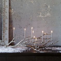 liegender Ast und Kerzen