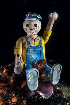 Un omino della Playmobil col braccio alzato, a 55 metri di profondità nel mare di Ischia. Spunta uno scatto singolare che è insieme romanticismo e denuncia: il giocattolo perduto chissà e insabbiatosi tra i detriti al largo del promontorio di Sant'Angelo rischiava di restare lì per decenni, icona de…