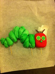 Learn how to make this caterpillar using fondant! Great step-by-step instructions.
