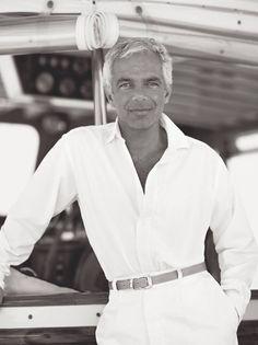 « Ma Collection Printemps 2016 pour femmes évoque le glamour moderne de la Côte d'Azur. Avec son romantisme rustique et son raffinement sportif, elle incarne l'insouciance cool et discrète des femmes qui m'inspirent. » —Ralph Lauren