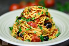 Spaghetti alla puttanesca - CAIETUL CU RETETE Penne, Vegan Dinners, Broccoli, Food And Drink, Mozzarella, Ethnic Recipes, Vegans, Diet, Veggie Food