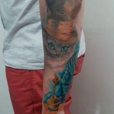 Bom dia tatuados e tatuadas !!! Aqui um pequeno vídeo de como ficou a segunda sessão do fechamento de braço do Ítalo. E ai, gostaram?   . #wonderland #chesire #alicethruthelookingglass  #alice #aliceinwonderland #tattoo #tattooed #inked #ink #alicetattoo #tattoos #tattooedgirls #tattooedguysdoitbetter #colours #colored #coloredpencil #painting #art #arte #desenho #draw #drawings
