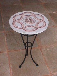 mesa redonda rosa 2 Mosaic Garden Art, Mosaic Diy, Mosaic Glass, Mosaic Tiles, Mosaic Outdoor Table, Outdoor Table Tops, Mosaic Furniture, Mosaic Projects, Garden Table
