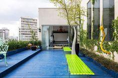 Decoração moderna, decoração ousada na medida certa, cores, varanda, piso azul, mesa verde, cadeiras verdes, plantas.