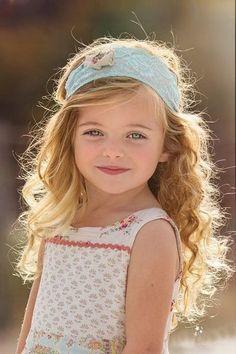 Coiffure de cérémonie pour petite fille : coiffure naturelle, cheveux ondulés et bandeaux vert mint