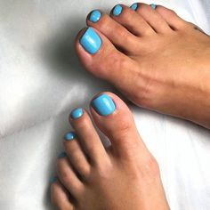 There are many easy Halloween nails tutorials out there, and sometimes it may get confusing on what to pick. So, we simplified that process for you! Best Toe Nail Color, Nail Color Trends, Green Toe Nails, Summer Toe Nails, Green Nail Designs, Toe Nail Designs, Halloween Nail Designs, Halloween Nails, Easy Halloween