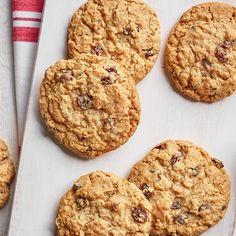 Biscuits à l'avoine et aux raisins | Ricardo Good Healthy Recipes, Vegan Recipes, Healthy Eats, Cookie Recipes, Dessert Recipes, Raisin Recipes, Bon Dessert, Mocca, Healthy Cookies