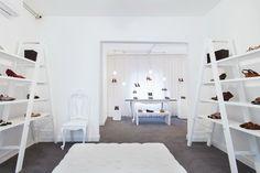Botti store by Suite Architects, São Paulo – Brasil Visual Merchandising, Shoe Display, Store Interiors, Design Furniture, Ladder Bookcase, Store Design, Repurposed, Shelves, Interior Design