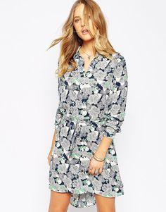 Kleid von Pepe Jeans leichter Webstoff spitzer Kragen Knopfleiste Schnürung in der Taille reguläre Passform - entspricht den Größenangaben Handwäsche 100% Polyester Model trägt UK-Größe S/EU-Größe S/US-Größe XS und ist 175 cm / 5 Fuß 9 Zoll groß