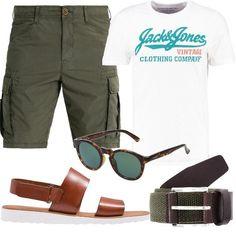 Outfit composto da bermuda con tasche laterali, t-shirt con logo e sandali in pelle. Completano il look gli occhiali da sole e la cintura in tela. Adatto per occasioni d'uso informali.