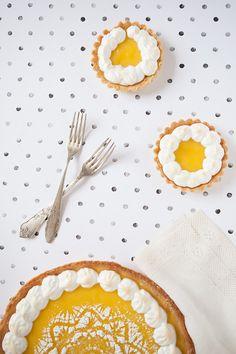 une recette de tarte au citron et son décor meringué