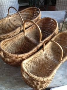 Para poner mis rosas del jardinPetite Harvesting-Easter Basket FleaingFrance Brocante Society {Try crocheting something like this} French Baskets, Old Baskets, Vintage Baskets, Easter Baskets, Wicker Baskets, Apple Baskets, Flower Baskets, Willow Weaving, Basket Weaving