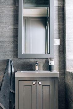 Baderomsmøblene er laget i gråmalt eik og passer godt inn til resten av interiøret.