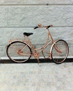 A bicicleta é uma alternativa maravilhosa aos carros e ônibus. Tanto para o meio ambiente quanto para a sua saúde. Que tal investir numa bike superestilosa para ter ainda mais vontade de pedalar? Se não for no dia a dia que seja aos fins de semana no parque. A atividade é divertida de qualquer maneira!