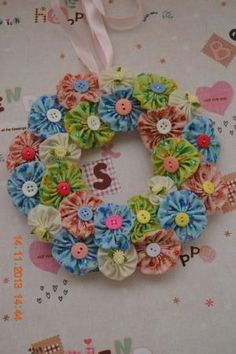 Sewing Fabric Flowers For inspiration from Bows and Ribbons: Yoyo Flower Wreath. I love this project, if you know how to do fabric flowers you can do this wreath ! Fabric Crafts, Sewing Crafts, Sewing Projects, Craft Projects, Craft Ideas, Crafts To Make, Arts And Crafts, Diy Crafts, Wreath Crafts