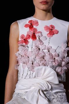 The complete Giambattista Valli Spring 2015 Couture fashion show now on Vogue Runway. Couture Details, Fashion Details, Look Fashion, Fashion Show, Fashion Outfits, Fashion Design, Fashion Spring, Daily Fashion, Couture Mode