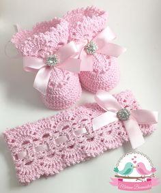 """Conjunto de faixa/tiara mais sapatinho de crochê    Faixa/tiara de crochê e sapatinho para bebê em modelo estilo """"Vintage"""".  Possuem belos laços de cetim e peças em strass, garantindo um brilho especial à peça.    Confeccionada em algodão, a tiara não possui elásticos para a segurança do seu bebê..."""