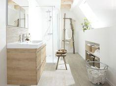 Mobilier, paniers et textiles, cette salle de bains joue avec les teintes de beige.