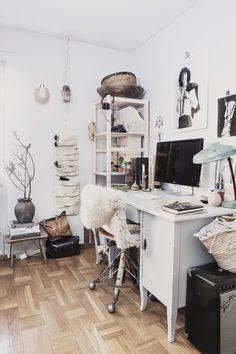 It is one example of a luxury decor to you home office design project. Workspace Inspiration, Decoration Inspiration, Room Inspiration, Interior Inspiration, Interior Design Trends, Office Workspace, Workspace Design, Home And Deco, Home Office Decor