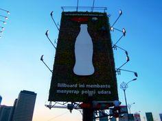 Vertical Garden Coca Cola sebagai pengganti billboard konvensional yg dapat menyerap polusi udara