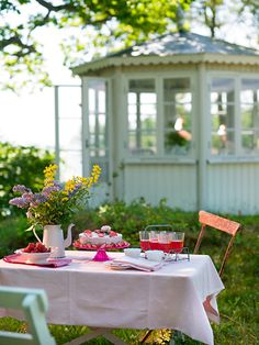 When it's to hot for a cup of brew, put the flowers in the pot and pour a chilled beverage over ice. The tablescape will still make for a beautiful tea party. Porches, Ar Fresco, Swedish Cottage, Afternoon Tea Parties, Al Fresco Dining, Outdoor Entertaining, Outdoor Parties, Outdoor Fun, Dream Garden