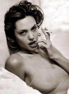 Angelina Jolie I love this photo. Angelina Jolie Smoking, Angelina Jolie Young, Angelina Jolie Fotos, Angelina Jolie Pictures, Smoking Celebrities, Women Smoking, Ali Michael, Jolie Pitt, Movie Stars