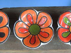 Peças modeladas manualmente e decoradas com técnica de corda seca (com óxido de manganês). Medidas aprox. 12 cm diâmetro x 5 d...