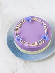 Blueberry, milk chocolate and hazelnut mousse cake - In Love With Cake Chocolate Rings, Dark Chocolate Brownies, Dessert Mousse, Mousse Cake, Mini Tortillas, Blue Food Coloring, Pretty Cakes, Beautiful Cakes, Tray Bakes