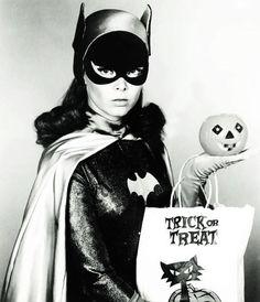 Yvonne Craig as Batgirl, ( Retro Halloween / Trick or Treat / Vintage Halloween / Batman) Halloween Pin Up, Retro Halloween, Happy Halloween, Halloween Costumes, Batgirl Halloween, Haunted Halloween, Halloween Makeup, 1960s Costumes, Batgirl Costume