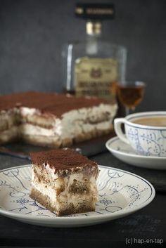 Vederlichte Tiramisutaart zonder eieren Dutch Recipes, Sweet Recipes, Cake Recipes, No Bake Desserts, Delicious Desserts, Choc Mousse, Tiramisu Cake, Italian Desserts, Breakfast Dessert