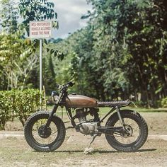 via In Low Buildings old Honda Tracker Motorcycle, Scrambler Motorcycle, Motorcycle Style, Honda Scrambler, Yamaha Cafe Racer, Cafe Racer Build, Honda Cg125, Cafe Racing, Classic Car Insurance