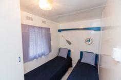 Mobil Home de alquiler en el camping situado en la Costa Dorada. Bathtub, Navy, Storage, Furniture, Home Decor, Single Beds, Photo Galleries, Standing Bath, Hale Navy