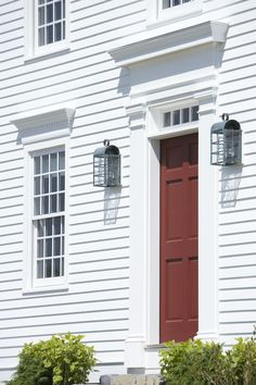 The front door on the Georgian style Benjamin Morrow House, a new house inspired by the Wells-Thorn House in Deerfield. Built by Connor Homes. Country Home Exteriors, House Exteriors, Country Porches, Country Houses, Colonial Architecture, Architecture Details, New England Homes, New Homes, Connor Homes