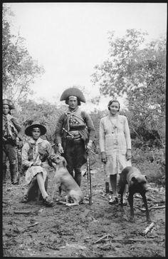 Nenê acariciando o cão Ligeiro, seu companheiro Luíz Pedro e Maria Bonita. Ao fundo, o cangaceiro Juriti. Foto de Benjamim Abrahão, 1936